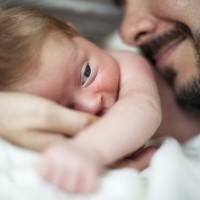 Papa barbu embrasse son bébé title=