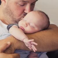 Papa embrasse son bébé title=